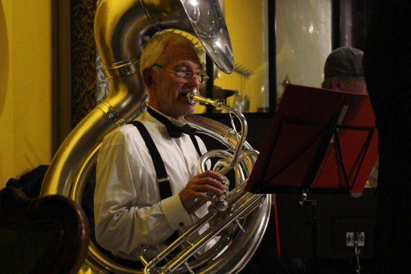 Cafe 1925 Musicien Tuba